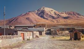 Straat van de commune van Colchane, in het Tarapaca-gebied, op de achtergrond Cerro Carabaya, Chili stock afbeeldingen