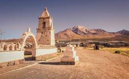 Straat van de commune van Colchane, in het Tarapaca-gebied, op de achtergrond Cerro Carabaya, Chili royalty-vrije stock foto