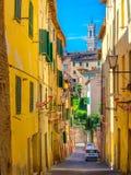 Straat van de oude stad die van Siena de toren van Torre del Manja overzien royalty-vrije stock foto