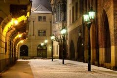 Straat van de Stad van Praag de Oude met de universitaire bouw bij royalty-vrije stock fotografie