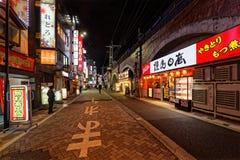 Straat van Ginza-district langs de 's nachts spoorweg stock foto