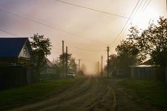 Straat van het dorp in de ochtendmist Royalty-vrije Stock Fotografie
