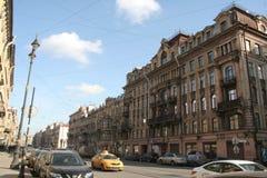 Straat van het historische centrum van Heilige Petersburg in de zonnige dag stock afbeeldingen
