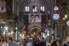 Straat van Isphahan bazarw ith de portretten van de 2 Opperste leiders van de Islamitische Republiek van Iran, Khamenei & Khomein royalty-vrije stock afbeeldingen