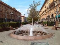 Straat van Minsk Fontein De zomer in de stad Royalty-vrije Stock Afbeeldingen