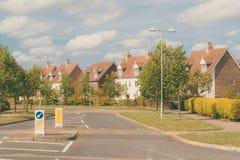 Straat van nieuwe woonwijk in Suffolk, Engeland Stock Fotografie