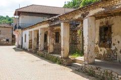 Straat van oude Lin met archaïsch, steengebouwen, Albanië stock afbeeldingen