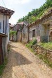 Straat van oude Lin met archaïsch, steengebouwen, Albanië royalty-vrije stock afbeeldingen