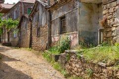 Straat van oude Lin met archaïsch, steengebouwen, Albanië stock foto's