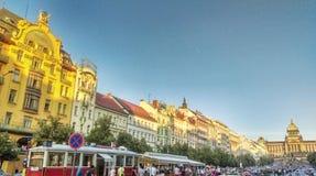 Straat van Praag en nationale Opera Stock Foto's