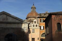 Straat van Rome en kerk met klokken Stock Foto