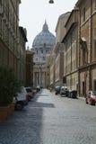 Straat van Rome met St. Peter op de achtergrond stock fotografie