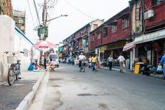 straat van Shanghai, China, met winkels en mensen Stock Foto
