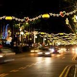 Straat van Singapore met Kerstmislichten en decoratie Royalty-vrije Stock Foto's