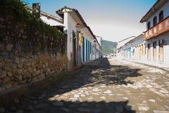 Straat van steen in een historische stad Huizen met kleurrijke deuren royalty-vrije stock foto's