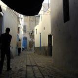 Straat van Tunis met twee mensen het lopen Royalty-vrije Stock Fotografie