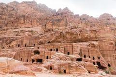 Straat van voorgevels in Petra Red Rose City, Jordanië royalty-vrije stock afbeeldingen