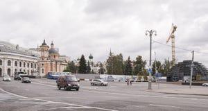 Straat Varvarka Op de straat bewegende voetgangers en de auto's stock foto