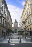 Straat voor St. Stephen Kathedraal in Boedapest, Hongarije Royalty-vrije Stock Afbeeldingen