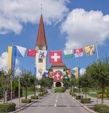 Straat in Wallisellen met vlaggen wordt verfraaid die Royalty-vrije Stock Afbeeldingen