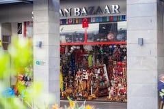 Straat weinig winkel met herinneringen in Turkije stock afbeeldingen