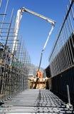 Straatarbeiders die cement met een pomp gieten in een wegconstru Royalty-vrije Stock Foto's