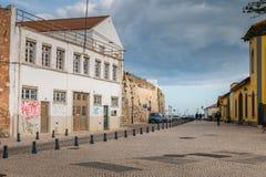 Straatatmosfeer in een oude Faro-straat stock foto