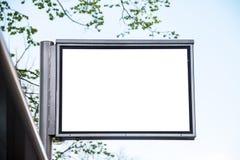Straatbanner voor tekstplaatsing en reclame, banner tegen de hemel, leeg voor reclameplaatsing stock fotografie