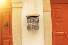 Straatbrievenbus Gray Color Hanging op de Muur Posta stock afbeelding