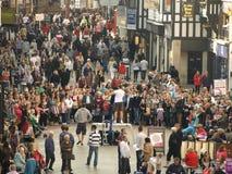 Straatentertainer die de menigte van toeschouwers tevredenstellen die in facination kijken Royalty-vrije Stock Fotografie