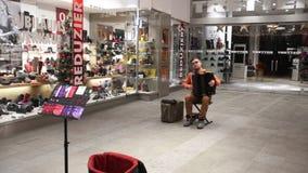 Straatentertainer op de straat van München stock videobeelden