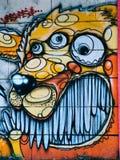 Straatgraffiti op de openbare muursamenvatting van leeuw met veelvoudige ogen Novi Sad Servië 08 14 2010 Royalty-vrije Stock Foto's