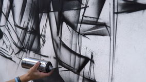 Straatgraffiti in zwart-witte kleuren stock footage