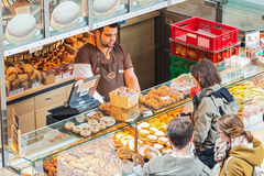Straathandel van bakkerijproducten in de Hauptbahnhof-spoorweg stat royalty-vrije stock afbeelding