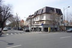 Straathoek met koffierestaurant op Dorobanti-gebied in Boekarest Royalty-vrije Stock Foto