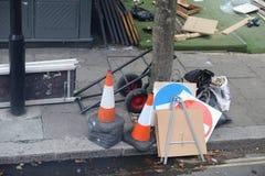 Straatkegels en tekens verlaten op de straat stock afbeeldingen