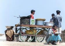 Straatkeuken op wielen in een zandige vlek langs de rivier Royalty-vrije Stock Afbeeldingen