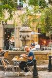 Straatkoffie dichtbij Fontaine des Trois Ormeaux Stock Foto's