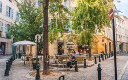 Straatkoffie dichtbij Fontaine des Trois Ormeaux Royalty-vrije Stock Afbeelding