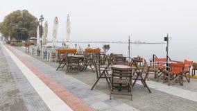 Straatkoffie in een nevelige ochtend, Griekenland Stock Fotografie