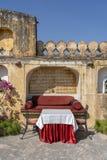 Straatkoffie in oude stad, buitenkant in Jaipur, Rajasthan, India Lijst, bank en stoelen dichtbij oude muur royalty-vrije stock fotografie
