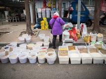 Straatkruidenierswinkel met veel soort droog kruid Stock Afbeeldingen