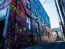 Straatkunst in de kleurrijke kunsten van een graffitisteeg bij de bouw, manierdistrict Toronto stock afbeeldingen