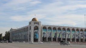 Straatkunst op een gebouw in Bishkek stock footage