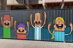 Straatkunst op een metaalomheining Vrolijke familie stock afbeelding