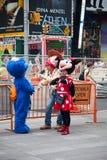 Straatkunstenaar die een onderbreking op Times Square nemen royalty-vrije stock foto's