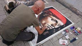 Straatkunstenaar die klassieke portretten in publiek trekken royalty-vrije stock foto's