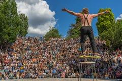Straatkunstenaar en acrobaten, Mauerpark berlijn royalty-vrije stock afbeeldingen