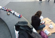 Straatkunstenaar, Guy Fawkes Masks, Washington Square Park, NYC, NY, de V.S. Stock Afbeelding