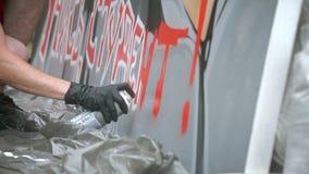 Straatkunstenaar Painting een Graffiti op de Muur stock footage